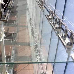 Konstrukcja szklana - tzw. żebro szklane - do którego zamocowana została fasada. Szkło mocowane jest punktowo do konstrukcji.