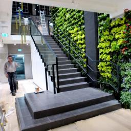 Stalowa konstrukcja schodów z balustradami