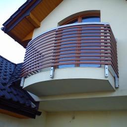 Balustrada stalowo-drewniana.