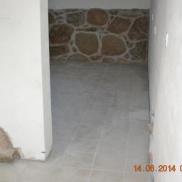 Układanie terakoty oraz kamienia na ścianie