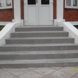 Położenie gresu na schodach