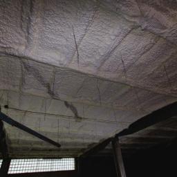 Izolacja pianą – sufit hali produkcyjnej