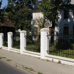 Daszki dwuspadowe oraz czterospadowe na ogrodzeniu