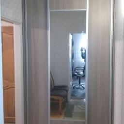 Szafa zabudowana z drzwiami przesuwnymi