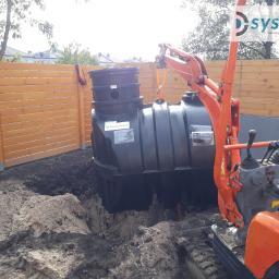 Montaż zbiornika na wodę deszczową z podłączeniem do systemu automatycznego podlewania zieleni.