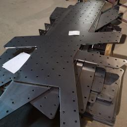 Detale wycięte laserowo - elementy mocowania do drewna. Norwegia