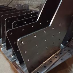 Detale wycięte laserowo - elementy mocowania do drewna. Norwegia Tatramet