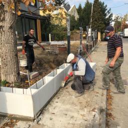 Budowa ogrodzenia z elementów architektonicznych