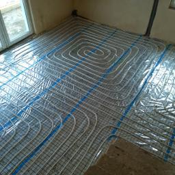 Obiegi ogrzewania podłogowego przygotowane do wykonania posadzki.