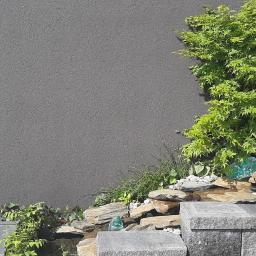 Mini japoński ogródek z kaskadą na tarasie, na ostatnim piętrze