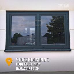 Zdjęcie zamontowanego okna w budynku w stanie surowym.