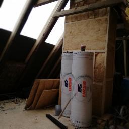 W tym wypadku stelaż na komin został wykonany z drewna na życzenie klienta ponieważ komin jest nieczynny.