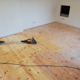 Odrestaurowanie starej podłogi.