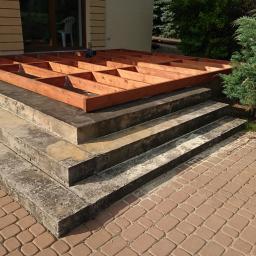 Taras kompozytowy na ruszcie drewnianym / schody beton