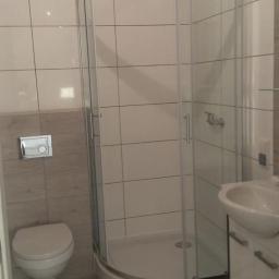 Kafelkowanie: Zabudowa geberitu,biały montaż,łazienka od A do Z