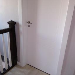 Montaż ościeżnic, drzwi frontowych, ościeżnica regulowana dopasowana do listw.