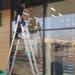 Oferujemy sezonowe mycie okien, witryn sklepowych, zabudów balkonowych.