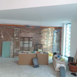 ściana z cegły ciętej