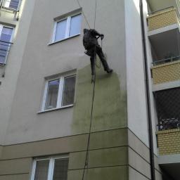 Mycie elewacji metodą alpinistyczną