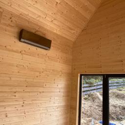 Drewniany domek naszych klientów, w którym zamontowaliśmy nowoczesną klimatyzację ROTENSO VERSU, która świetnie pokazuje się jako pompa ciepła zimą i efektywna klimatyzacja latem.