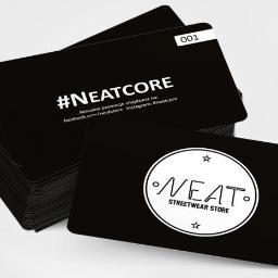 Plastikowe wizytówki dla firmy NEATCORE, które służą jako karty rabatowe