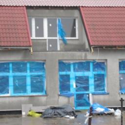 Montaż nowych okien,witryn i drzwi sklepowych,demontaż starych okien i drzwi,budynek 55 sztuk okien i drzwi w Krajniku Dolnym-2016 rok.