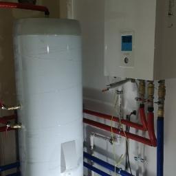 Pompa ciepła powietrze-woda w trakcie montażu