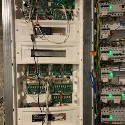Montaż i uruchomienie systemu alarmowego Satel Integra 128 WRL z automatyką budynkową.