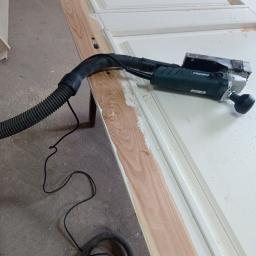 usuwanie farby z drewnianych drzwi