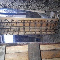 Remont budynku wybudowany w latach 50 dołożenie stali słupów belek podlewka fundamentów