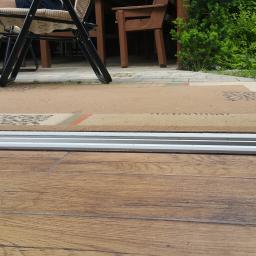 Zdjęcie ukazuje różnice w dwóch systemach okien przesuwnych