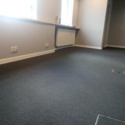 Montaż płytek dywanowych wraz z listwami
