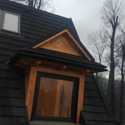 Realizacja pokrycia blachą z posypką, montaż parapetu, obróbek bocznych, pokrycie jaskółki montaż rynny dachowej orz okna dachowego. Zakopane grudzień 2020