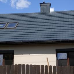 Pokrycie dachu, okucie komina,wstawienie okien dachowych oraz rynien. Kraków 05.2020r.