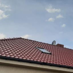 po umyciu zaimpregnowano dachówkę betonowa impregnatem barwiacym.