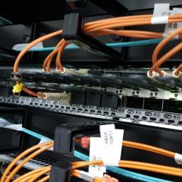 Instalacje przełączników LAN oraz Fiber LAN/SAN w szafach Rack. Rozprowadzanie okablowania w szafach i serwerowniach. Prace instalatorskie.