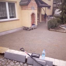 NASZA FIRMA OFERUJE USŁUGI :  - układanie kostki brukowej i granitowej  - przyłącza wodno-kanalizacyjne - montaż przydomowych oczyszczalni ścieków  - rozkładanie instalacji sanitarnych w budynkach