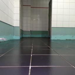 Łazienki w budynku biurowym Intercars