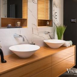 Łazienka z dwiema okrągłymi umywalkami