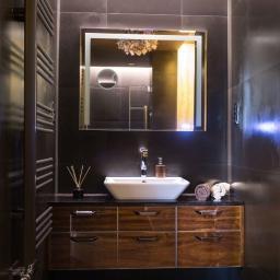 Ciemna łazienka