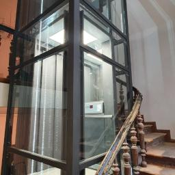 Dźwig panoramiczny w zabytkowym budynku