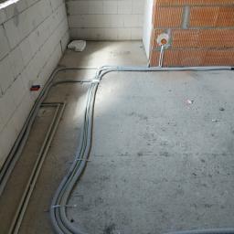 Instalacja mocno przymocowana na podłodze aby uniknąć zerwania przewodów jak i peszli