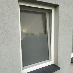 MOSKITIERA ramkowa stała, dzięki szarej siatce z włókna szklanego oraz dopasowanemu profilowi, nie psuje widoku okna od zewnątrz