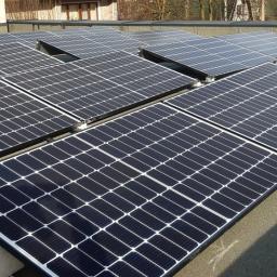 Panele fotowoltaiczne Half-Cut na dachu płaskim z konstrukcją balastową