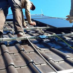 Montaż paneli fotowoltaicznych na konstrukcji K2 Systems z przygotowanymi wcześniej optymalizatorami SolarEdge