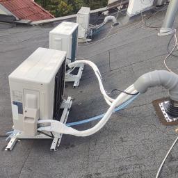 Montaż na dachu wraz z wykonaniem przejścia dachowego.
