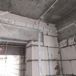 Instalacja elektryczna na jednym z mieszkań w bloku mieszkalnym.