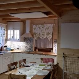 Drewniany dom letniskowy, przekształcony w dom całoroczny dzięki zainstalowaniu naszego ogrzewania w technologii podczerwieni.