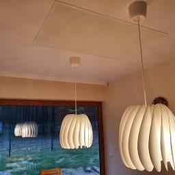 Panel grzewczy w technologii podczerwieni zamontowany w ramie w suficie podwieszanym.