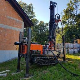 Nasza wiertnica wykonuje odwierty do 180 metrów metodą udarowo-obrotową, gumowe gąsienice i małe wymiary pozwalają na pracę w bardzo trudnych warunkach terenowych